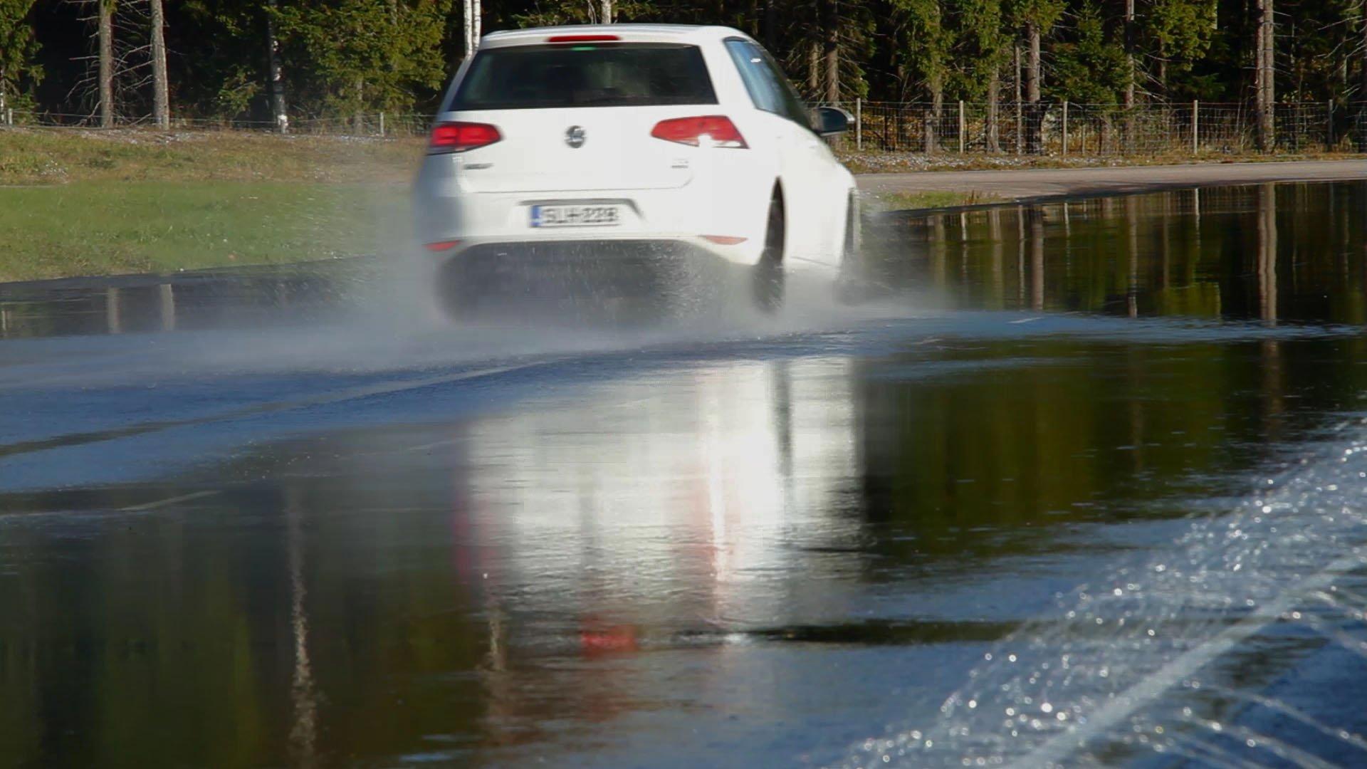 Разлившаяся холодная вода в Выборгском районе Петербурга затруднила движение автотранспорта