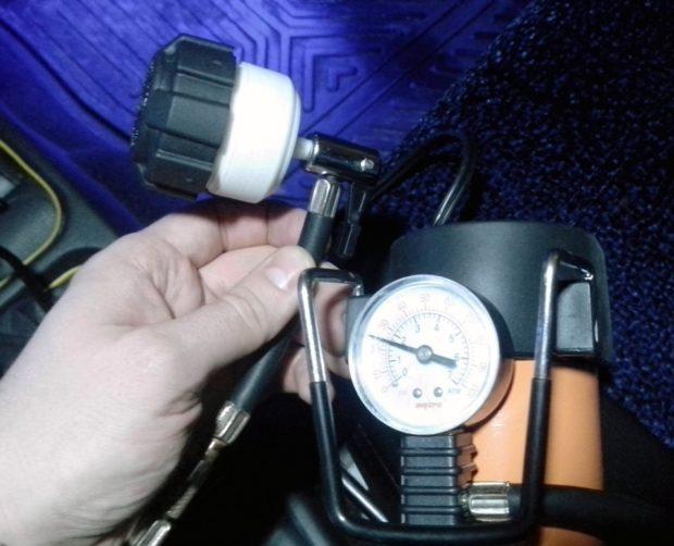 Проверка давления в расширительном бачке отопления манометром