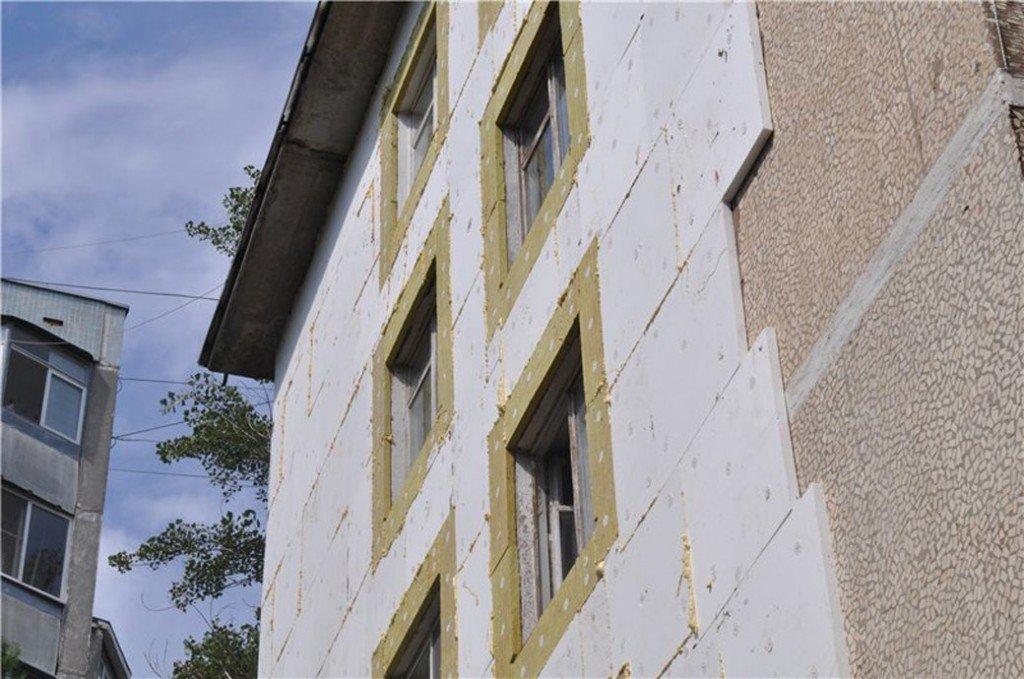 дом в процессе утепления пенопластом