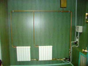 Отопление с естественной циркуляцией включает в себя водонагревательный котел, обратный и подающий трубопроводы, нагревательные радиаторы и расширительный бачок