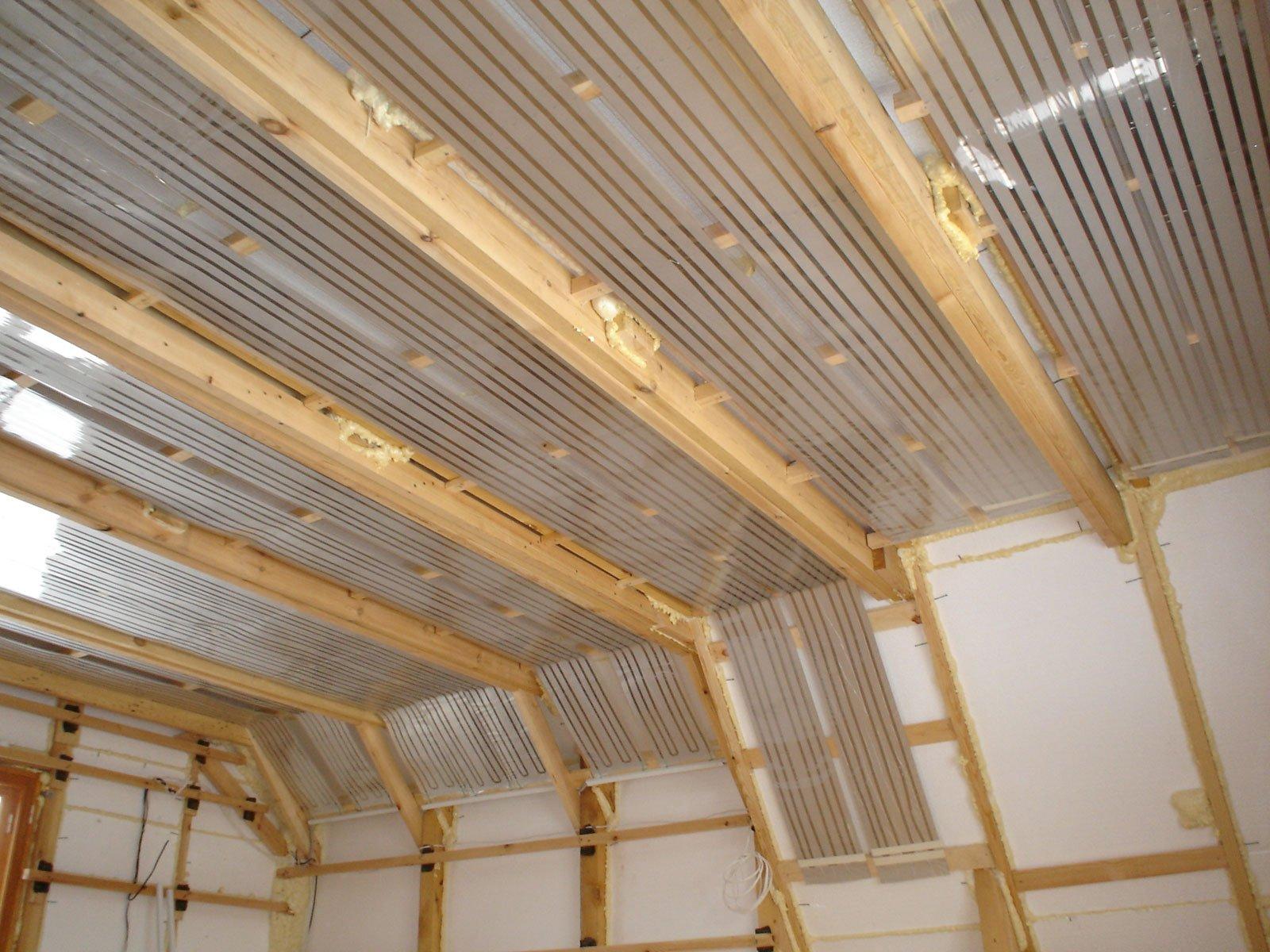 Как правильно утеплить потолок деревянного здания