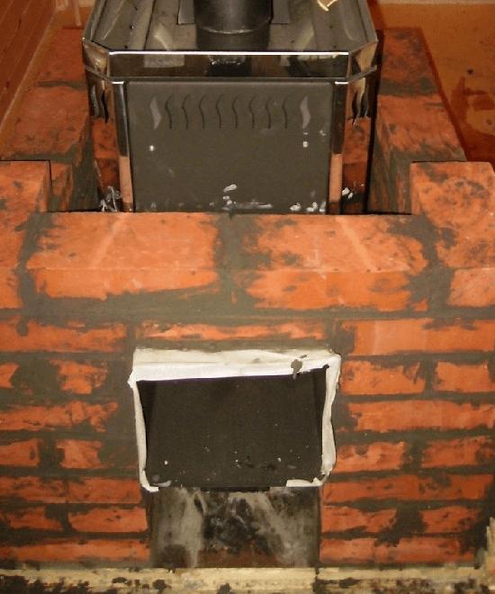 Металлическая печь, обложенная кирпичом