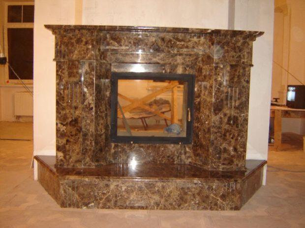 Печь-камин с отделкой из мрамора