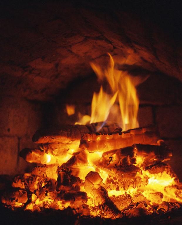 Желтый огонь в печи