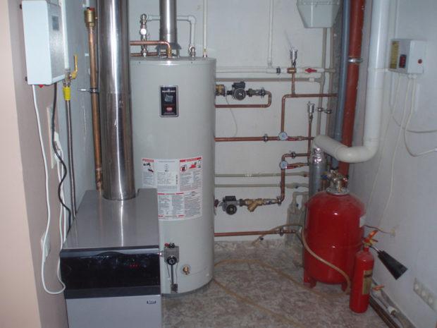 Напольный газовый котёл в помещении
