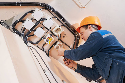 В наши дни компания по электромонтажу берет на себя работы любой сложности