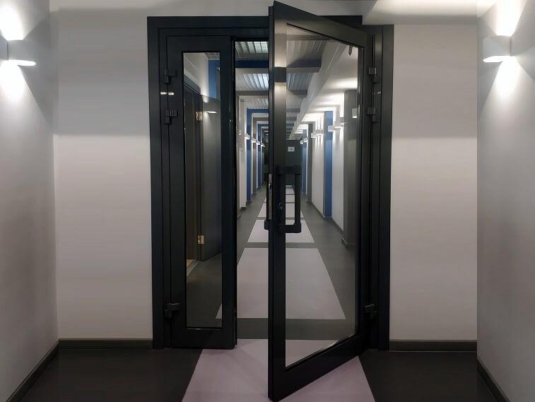 Противопожарные стеклянные двери: в чем преимущества и особенности